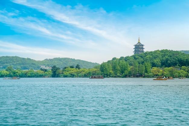 Il bellissimo paesaggio del lago ad ovest di hangzhou