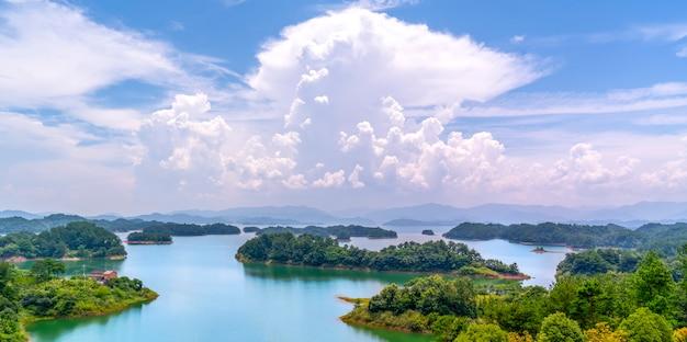 Il bellissimo paesaggio del lago qiandao