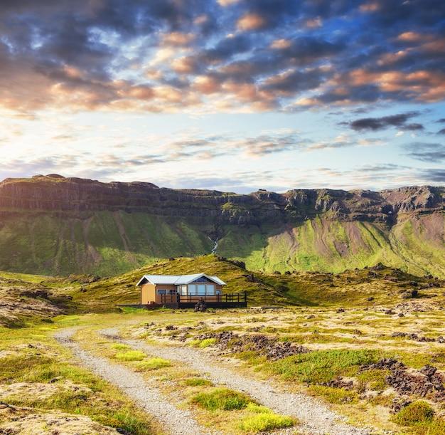 Il bellissimo paesaggio di montagne e fiumi in islanda