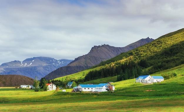 Il bellissimo paesaggio di montagne e fiumi in islanda.