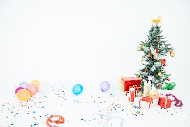 Il bellissimo sfondo dell'albero di natale è splendidamente decorato con scatole regalo