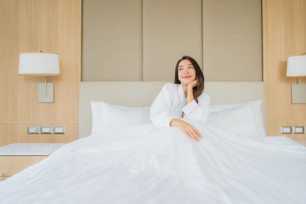 Il bello giovane sorriso asiatico della donna del ritratto felice si rilassa e svago