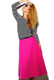 Il bello modello biondo sorridente sexy alla moda della giovane donna del fascino pazzo divertente in pantaloni a vita bassa rosa copre di studio