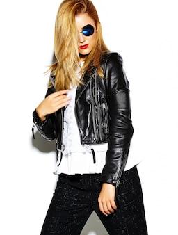 Il bello modello biondo sorridente sorridente alla moda sexy alla moda di fascino pazzo divertente in pantaloni a vita bassa neri copre in studio