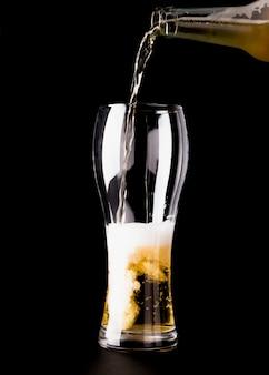 Il bicchiere da birra viene riempito