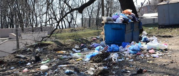 Il bidone della spazzatura è pieno di rifiuti e rifiuti