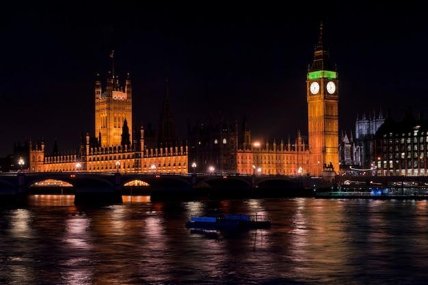 Il big ben e il parlamento di notte