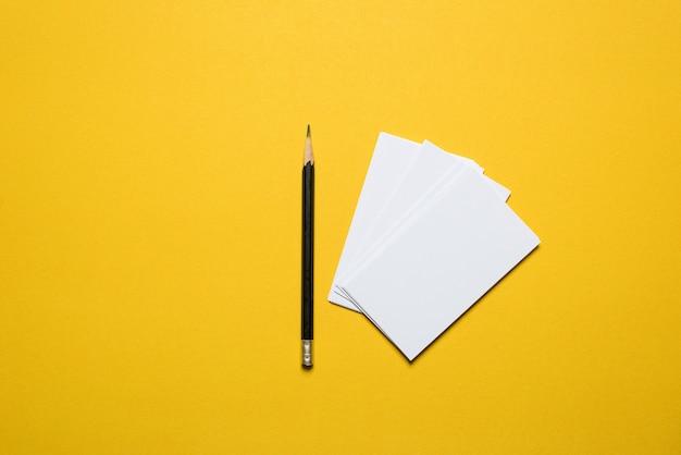 Il biglietto da visita dell'uomo d'affari è disposto sfondo giallo. concetto di business con spazio di copia