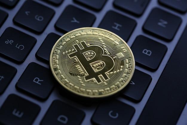 Il bitcoin della moneta criptovaluta si trova sulla tastiera