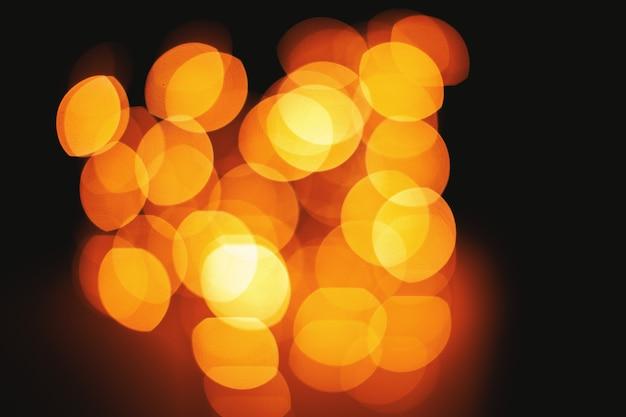 Il bokeh luminoso accende il fondo astratto defocused