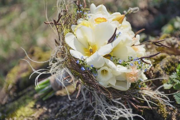 Il bouquet da sposa delicato ha aperto il lyuban bianco