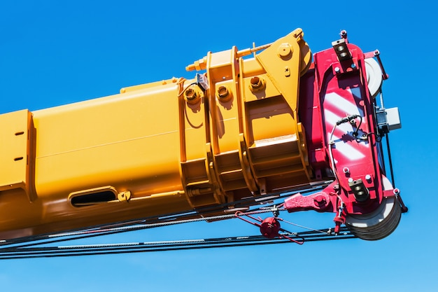Il braccio idraulico retrattile della gru è un accessorio per escavatori