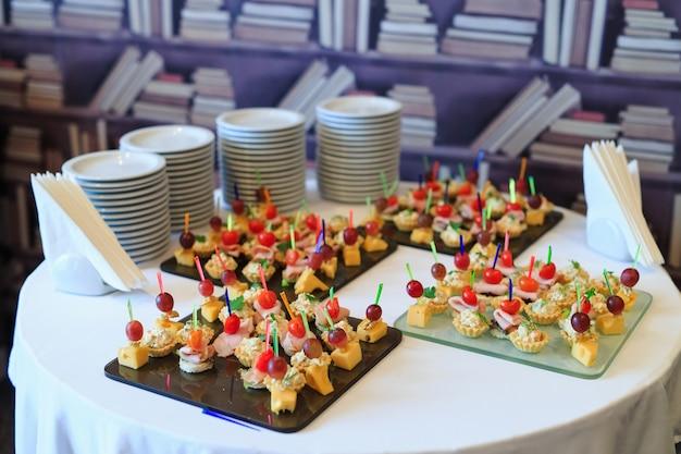 Il buffet alla reception. assortimento di tartine.