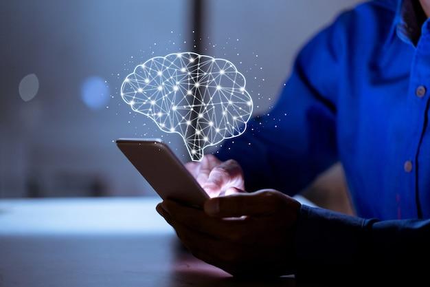 Il business tramite telefono, con l'icona del cervello, la creatività e l'innovazione sono le chiavi del successo, delle nuove idee e del concetto di innovazione.