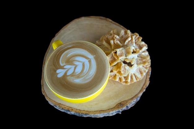 Il caffè con gli spuntini tailandesi (biscotti croccanti del fiore di loto) mette a fuoco selettivo.