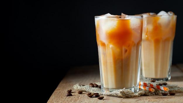 Il caffè freddo in un bicchiere alto con panna si è rovesciato.