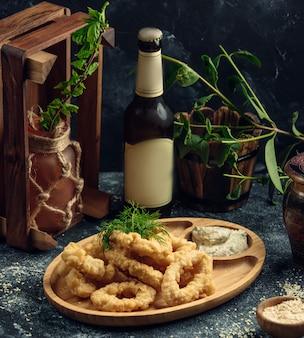 Il calamaro suona nel piatto sul tavolo
