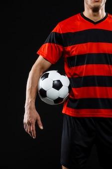 Il calciatore sicuro con la palla, gioca a calcio