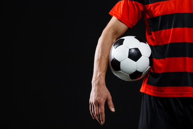 Il calciatore sicuro con la palla, gioca a football