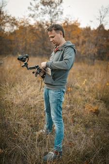Il cameraman prepara attrezzature per la ripresa di video