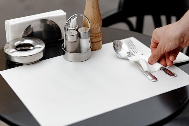 Il cameriere serve primo piano del tavolo