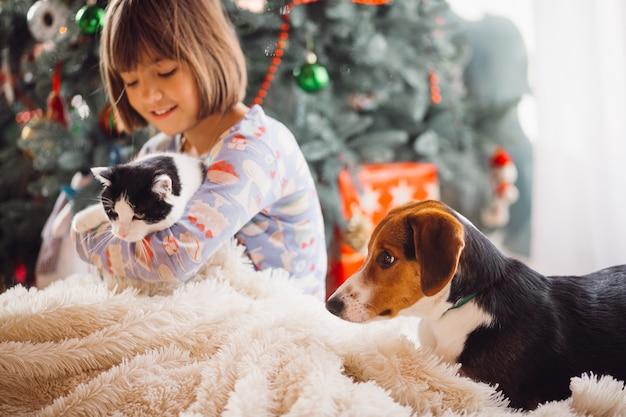 Il cane seduto vicino ragazza