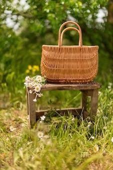 Il canestro che sta nella vecchia sedia con una camomilla nel campo