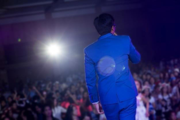 Il cantante canta una canzone in concerto