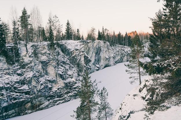 Il canyon di marmo a ruskeala in inverno. incredibile bellezza naturale