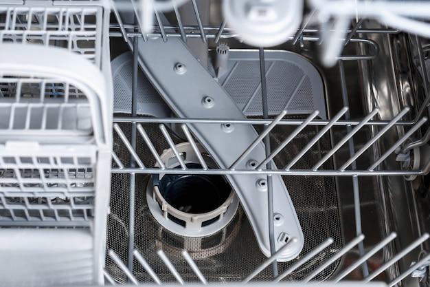Il carrello della lavastoviglie. lavastoviglie dall'interno vicino