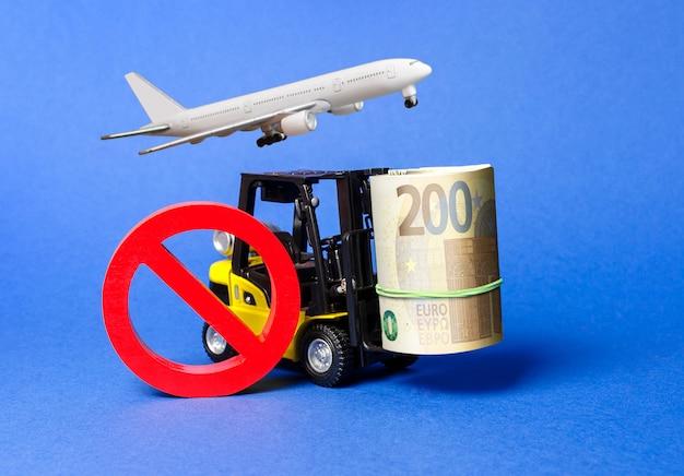Il carrello elevatore trasporta un grosso pacco di euro e il simbolo rosso no aereo. restrizioni all'esportazione