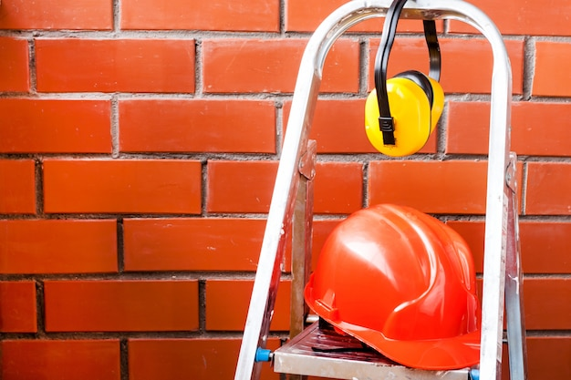 Il casco da costruzione è un simbolo di sicurezza sul posto di lavoro. set di strumenti