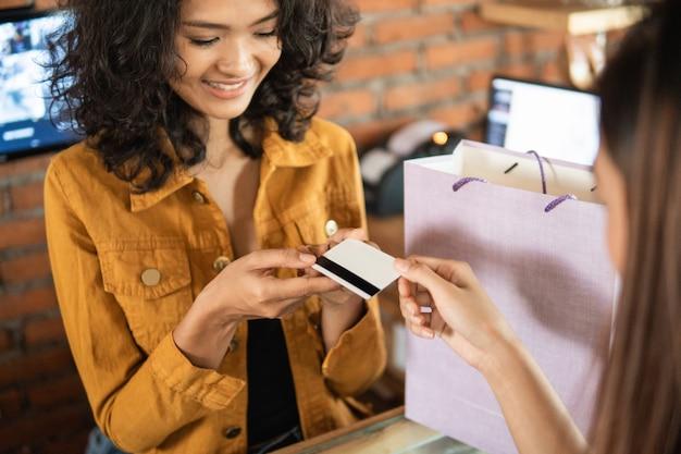 Il cassiere accetta la carta di credito per il pagamento