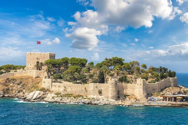 Il castello dei pirati su pigeon island a kusadasi, turchia