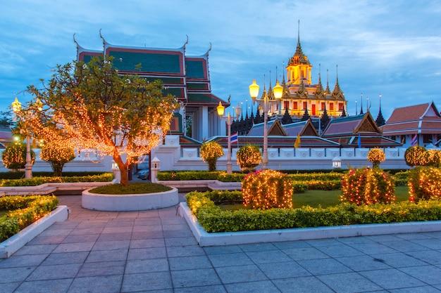 Il castello metallico è rimasto solo a bangkok, in tailandia, nel mondo, sotto il crepuscolo del cielo serale