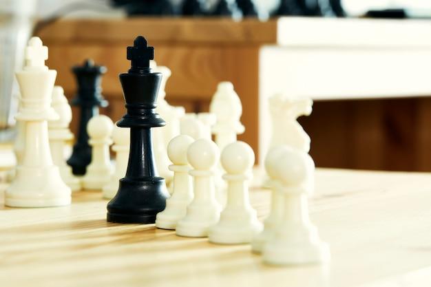 Il cavaliere di scacchi vince il primo piano
