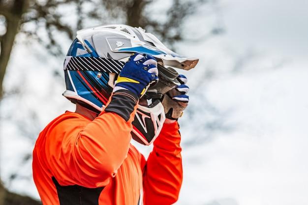 Il cavaliere indossa un casco protettivo