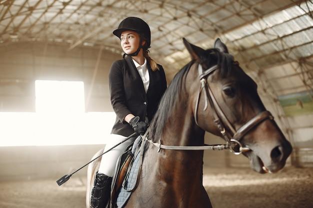 Il cavaliere si allena con il cavallo