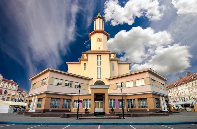 Il centro della città di ivano-frankivsk, ucraina. city hall building art deco.