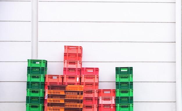 Il cestino di riserva vuoto impila in su nel back office della casa del rifornimento del negozio di alimentari