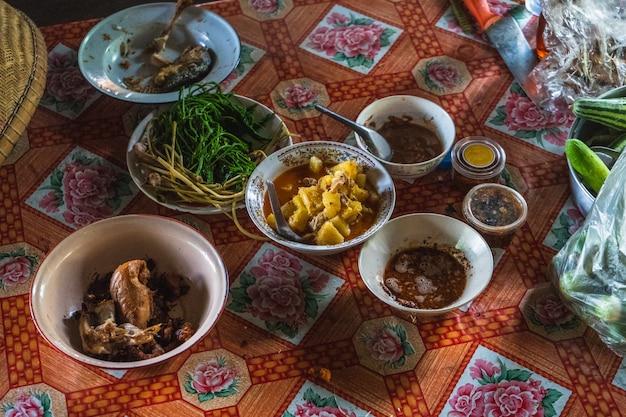 Il cibo tailandese thailandese sta fornendo al ponte un ood di legno che fornisce il ponte sul legno