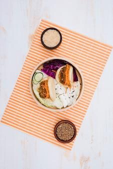 Il cibo tradizionale di taiwan gua bao al vapore sul panino a vapore con ciotole di riso e semi di coriandolo sopra la tovaglietta