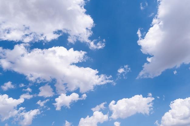 Il cielo azzurro con nuvole bianche in movimento