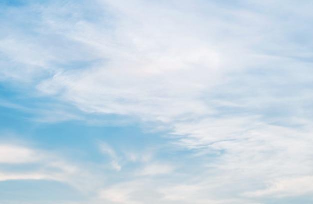 Il cielo blu e la nuvola nel giorno nuvoloso hanno strutturato il fondo
