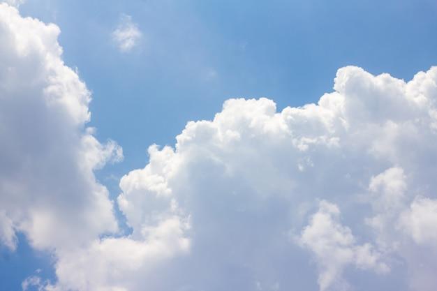 Il cielo blu ha nuvole bianche.