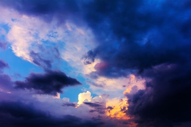Il cielo con le nuvole prima della tempesta