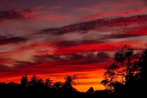 Il cielo nel rilievo giorno e notte bellissimo tramonto arancione e viola infuocato