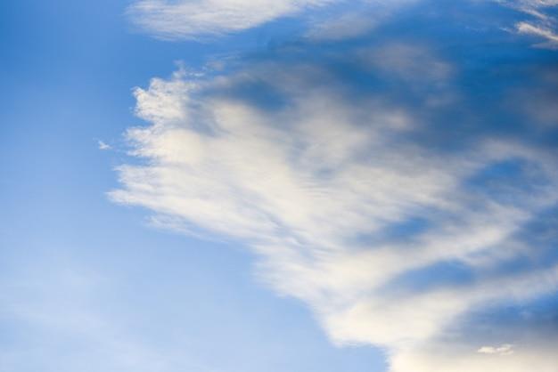 Il cielo si appanna la bella natura blu
