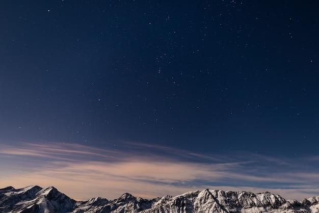 Il cielo stellato sopra le alpi in inverno