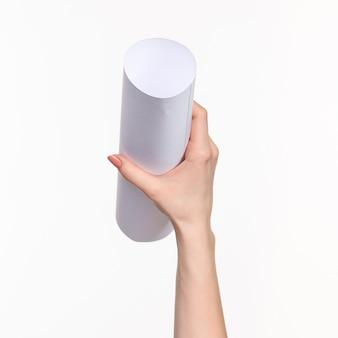 Il cilindro in mani femminili sul muro bianco